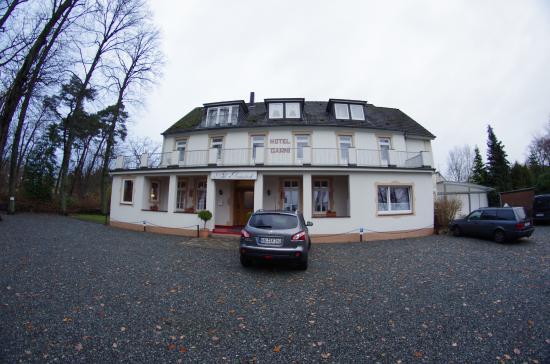 Arnimsruh Hotel Garni: Bild vom Eingang mit Parkplatz