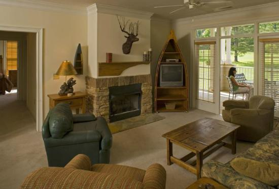 Maggie Valley Club & Resort: Full living and dining area in all units