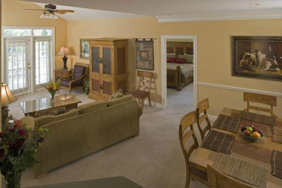 ‪‪Maggie Valley Club & Resort‬: Full living and dining area in all units‬