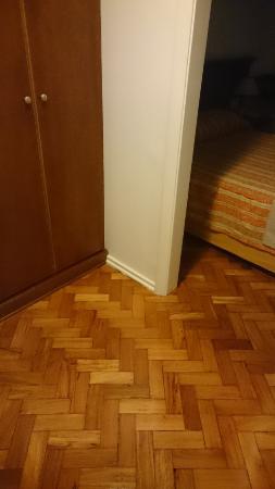 Hotel OK: armário, onde fica o frigobar.