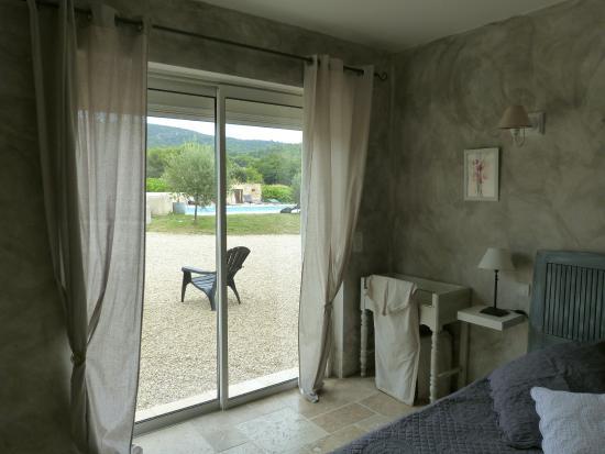 Puyvert, Francia: vue sur la piscine