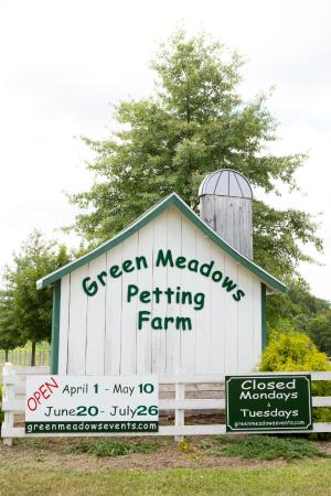‪Green Meadows Petting Farm‬