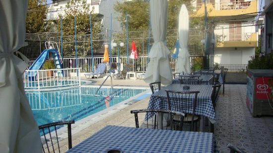 Sevi Sun: basen i stoliki przy basenie