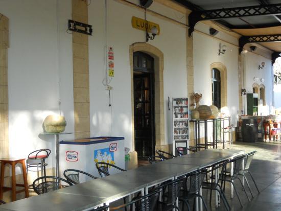 Luque, Španělsko: Nicol's - Tavoli sotto la pensilina ferroviaria