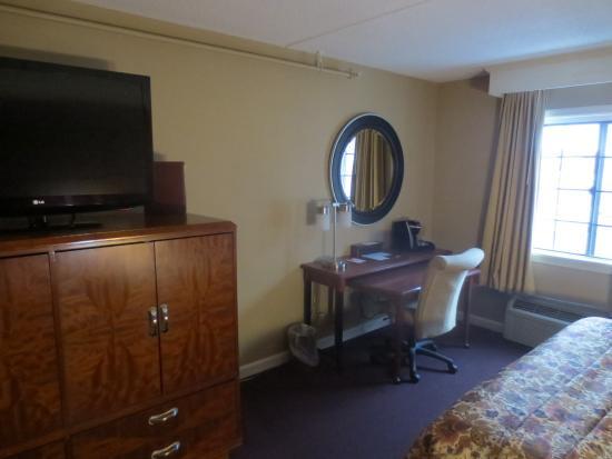 Fireside Inn & Suites: entertainment center