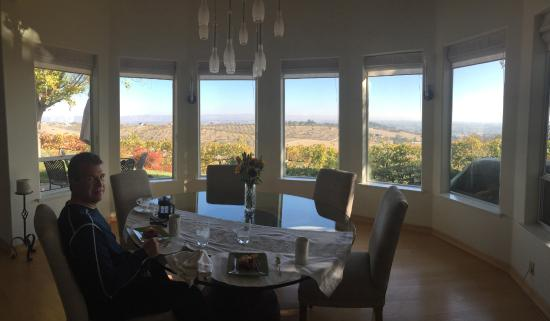 Seven Quails Vineyards Bed & Breakfast: Time for a delish breakfast!  Check out that view !
