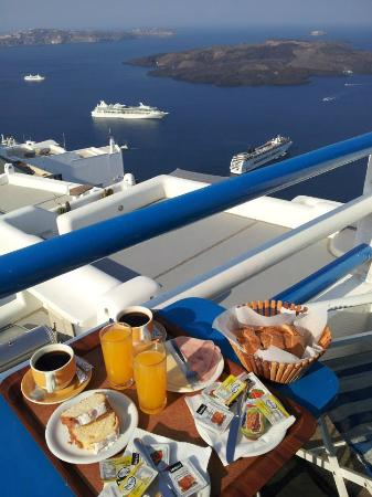Kafieris Apartments On The Cliff: Colazione in camera e vista sulla caldera