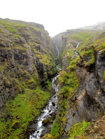 Akranes, Islandia: Looking up the canyon toward Glymer