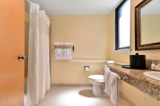 BEST WESTERN PLUS St. Charles Inn: King Accessible Bathroom
