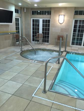 Newport Beach Hotel and Suites: Indoor pool and spa