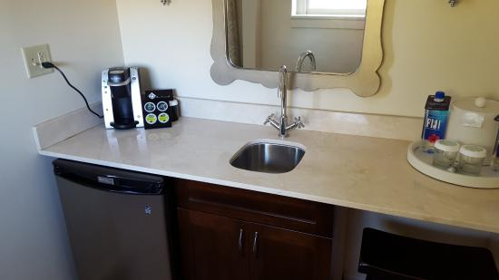 Excelsior Springs, MO: Galley Bar Area with Keurig
