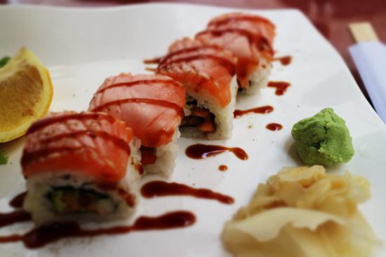 Oyster & Sushi Bar Bota : サーモンのお寿司、ガリも日本と同じ