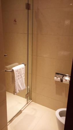 Lovely Central Hotel Shanghai: Separate Shower With Toilet Facing It