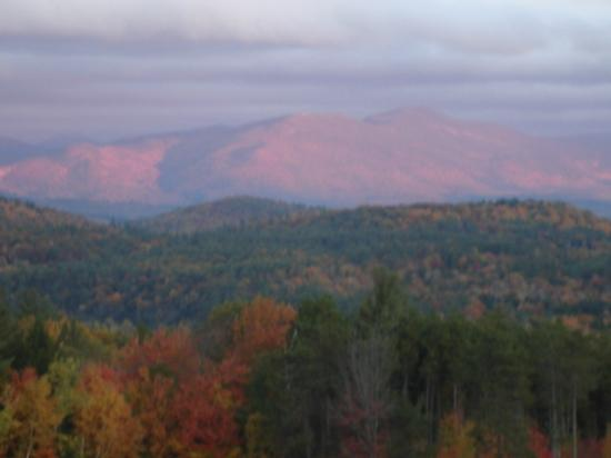 Snowville, Nueva Hampshire: Morning in late Fall, Sleeping Indian is pink !