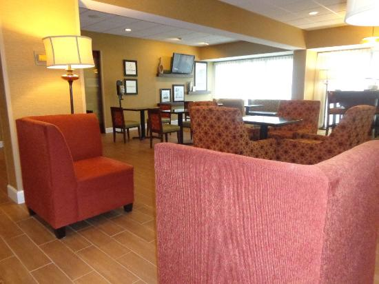 Hampton Inn Lagrange near Callaway Gardens: lobby sitting area