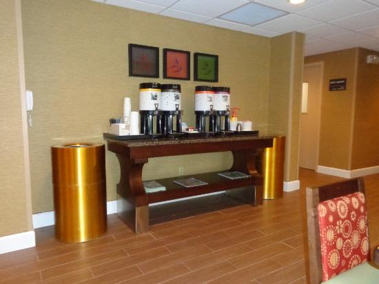 Hampton Inn Lagrange near Callaway Gardens: coffee in lobby