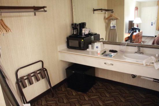 Best Western Airport Plaza Inn: Microwave was our nightlight