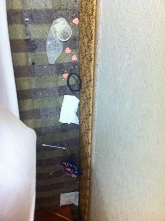 Red Carpet Inn: Behind bed