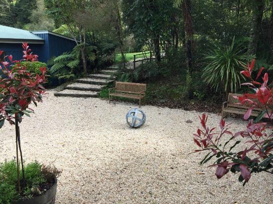 Marlborough Region, Nya Zeeland: Boules pebble courtyard