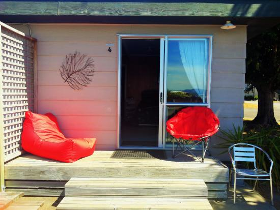 Motutere Bay TOP 10 Holiday Park: Cabin 4 with our outdoor seats
