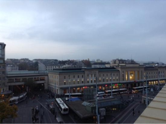 Hotel Astoria: Вид на вокзал из номера, очень близко