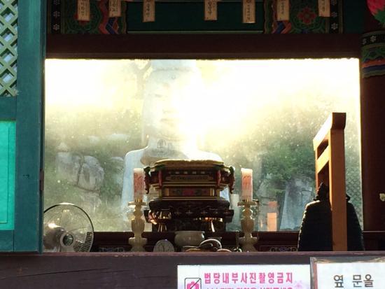 Nonsan, Coréia do Sul: 법당 유리를 통해 보이는 석조미륵보살입상