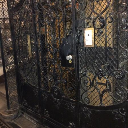 Leo Panzio Hotel: Старинный лифт в отеле