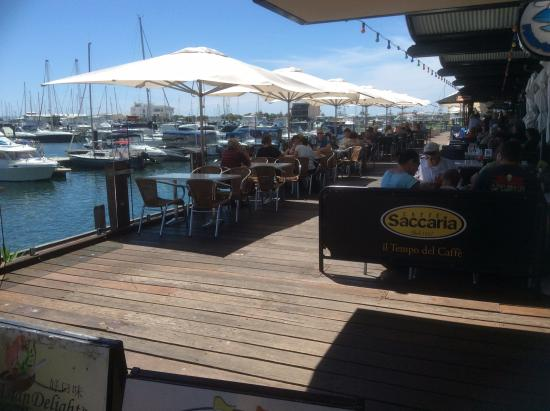 Sharky's Restaurant Bar and Grill: Lovely out door eating