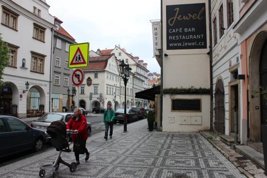 Design Hotel Jewel Prague: Вход в гостиницу