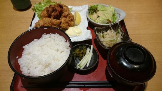 Miyazakijidorisumibiyaki Kuruma Marunochiten: ランチの日替わり定食(唐揚げ)