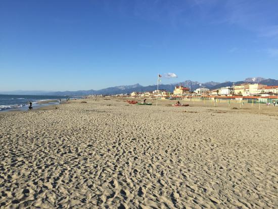 Der strand am nachmittag im oktober foto di bagno maurizio viareggio tripadvisor - Bagno maurizio viareggio ...
