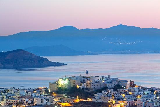 ‪ناكسوس, اليونان: Sunset view over Naxos town (Chora), the Old Town and in the distance, the island of Paros.‬