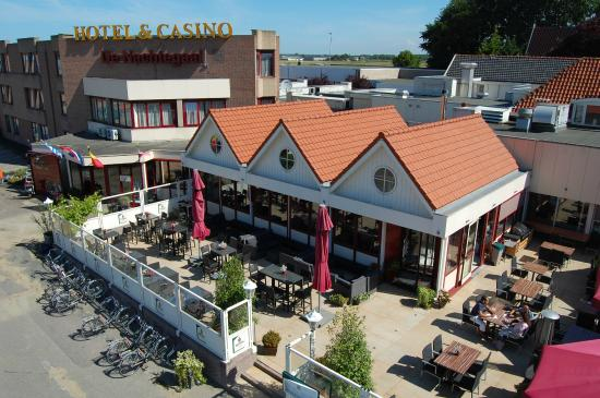 Hotel Restaurant De Nachtegaal: Terras en restaurant