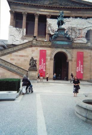 Alte Nationalgalerie: L'ingresso del museo sul piazzale.