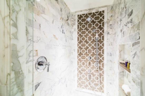 The Deer Path Inn: Guest Room Shower