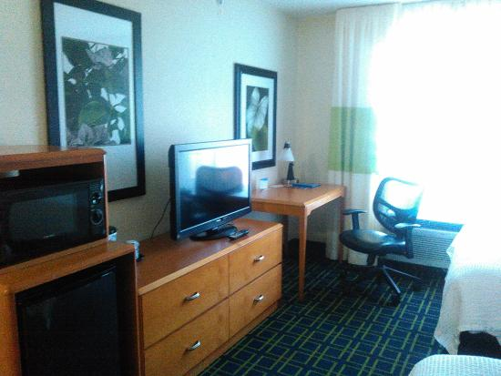 Fairfield Inn & Suites Youngstown Austintown: desk area