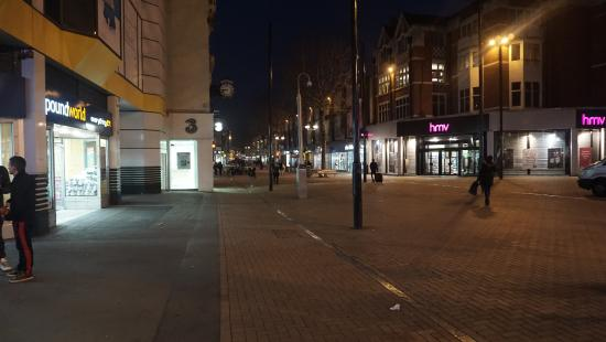 Holiday Inn Express London Croydon: Rua de forte comercio de lojas e serviços ao lado do hotel