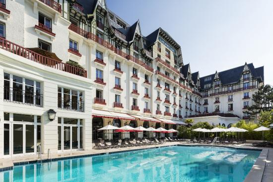 B timent piscine picture of hotel barriere l 39 hermitage for Barriere piscine