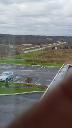 Hampton Inn & Suites Sharon: room facing Interstate 80