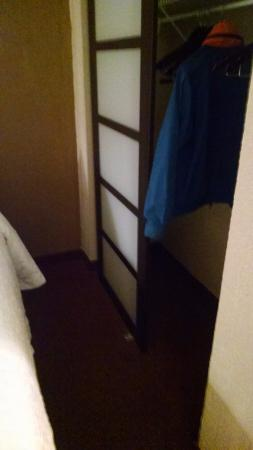 Hampton Inn & Suites Hoffman Estates: Bed is up against closet.