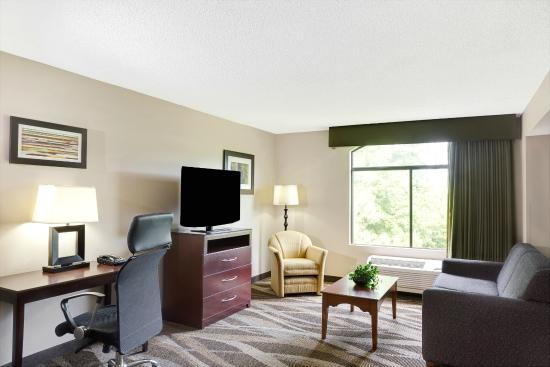 Wingate by Wyndham Raleigh Durham / Airport : King Suite-Living Area