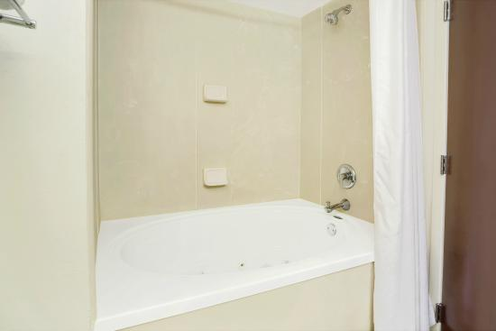 Wingate by Wyndham Raleigh Durham / Airport : King Suite-Jetted Bathtub