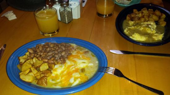 Tesuque, New Mexiko: Huevos Rancheros, Green with Fresh Squeezed Orange Juice