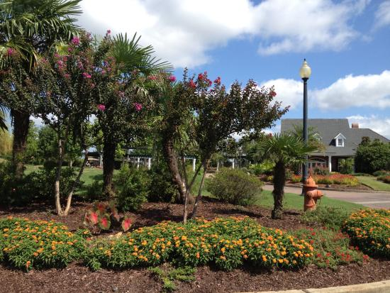 Koasati Pines at the Coushatta Casino Resort: Beautiful landscaping everywhere