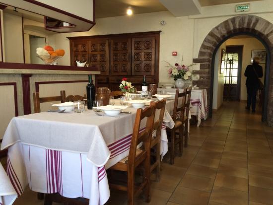 Saint-Martin-d'Arrossa, Francja: L'une des nombreuses salles intérieures pour le restaurant .
