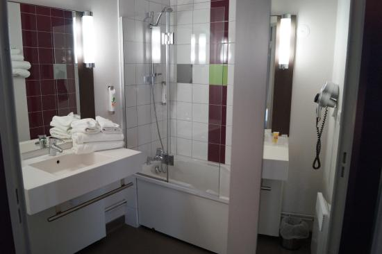 Ruime badkamer - Picture of Ibis Styles Beaune Centre, Beaune ...