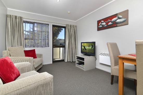 Knightsbridge Court Motor Lodge: 1 Bedroom Spa Suite - Living Area
