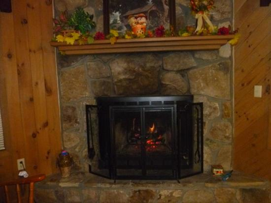 Laurel Mountain Cabins: The fire place.  We put it to good use!