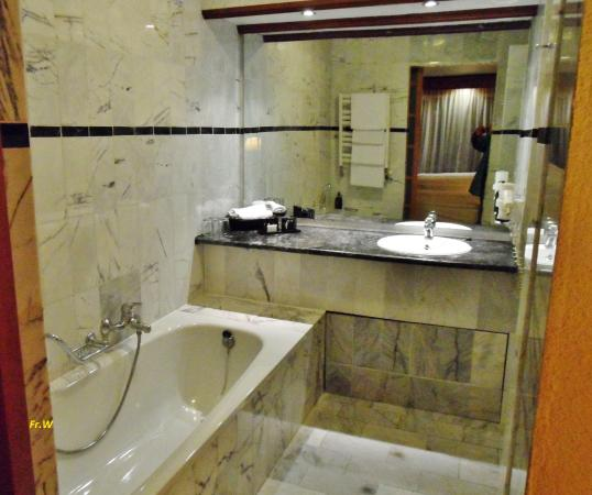 De badkamer met ligbad . nl . - Bild von Van der Valk Hotel ...