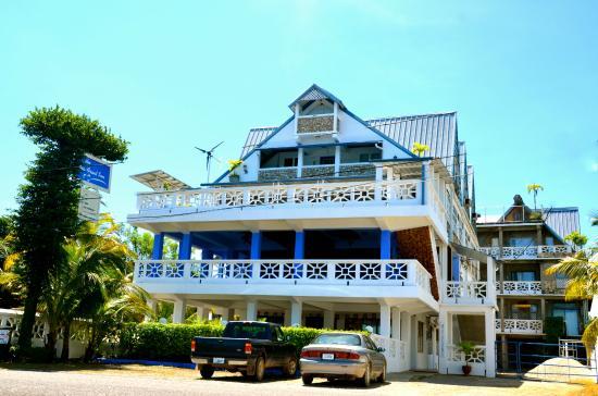 Punta Gorda, Belize: Front view of Hotel